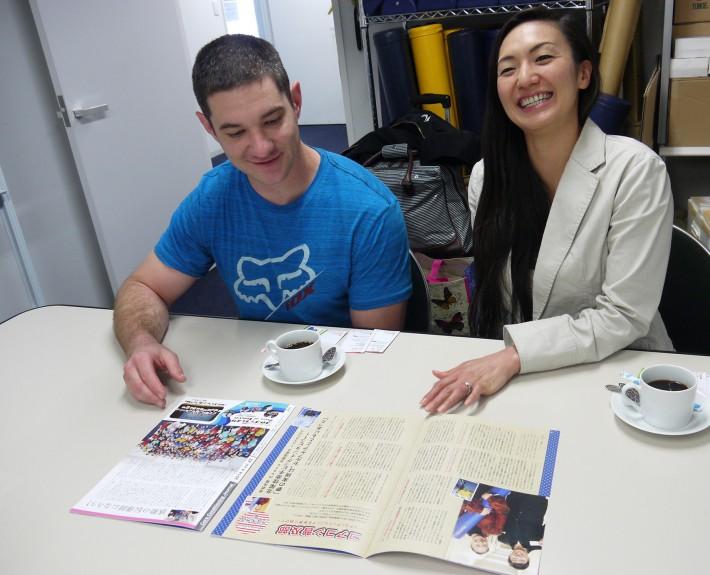 北尾さんの現地での様子をレポートしたCCJ(日本コアコンディショニング協会・会報誌)の記事を読む北尾さん。お隣は旦那様のエリックさん