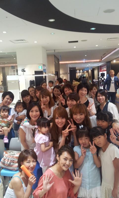 みかんさん(前列中央)と岡橋さん(前列左)ほか参加者の皆さんとパチリ