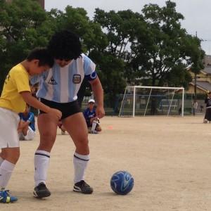 このようにして、相手に対して垂直に入れるとボールを相手から遠くでコントロールできるのです
