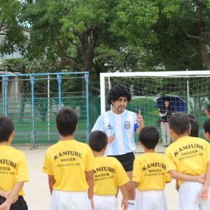 笑いあり、きちんとした指導もいっぱい。感動の加藤マラドーナさんサッカー教室