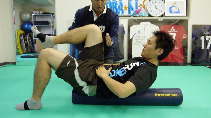 さらに片脚ずつ写真の位置まで上げおろしをすると、より強いトレーニングになります