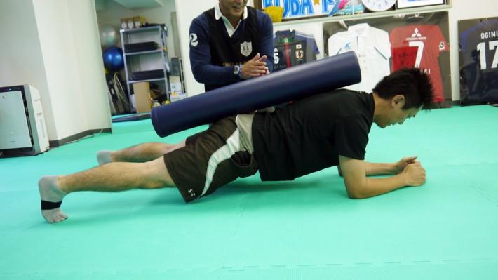いわゆる「プランク」というトレーニングですが、背中にストレッチポールを置くことで、まっすぐの線が意識できます